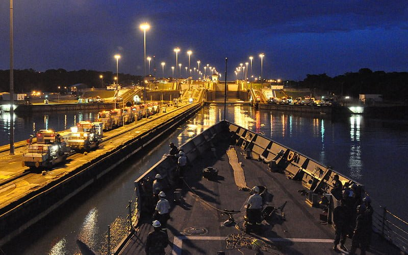 Photo:USS Rentz enters the Gatun Locks. By:Official U.S. Navy Imagery